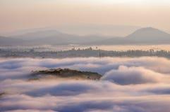 Υπόβαθρο με τα πυκνά αγροκτήματα κάλυψης ομίχλης και δάσος στο μέρος 19 αυγής στοκ φωτογραφία με δικαίωμα ελεύθερης χρήσης