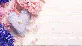 Υπόβαθρο με τα φρέσκα μπλε και ρόδινα hyacnths και το ντεκόρ λουλουδιών Στοκ εικόνες με δικαίωμα ελεύθερης χρήσης