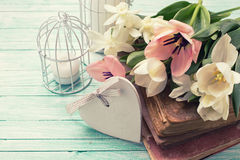 Υπόβαθρο με τα φρέσκα λουλούδια, τα παλαιά βιβλία και τα κεριά Στοκ εικόνες με δικαίωμα ελεύθερης χρήσης