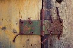 Υπόβαθρο με την κατά το ήμισυ χρωματισμένη ξύλινη πόρτα και παλαιός θόλος με rus Στοκ φωτογραφίες με δικαίωμα ελεύθερης χρήσης
