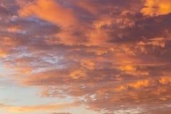 Υπόβαθρο με τη σύσταση των σύννεφων στο ηλιοβασίλεμα Θεϊκό landsc Στοκ Φωτογραφίες