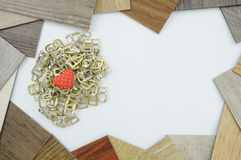 Υπόβαθρο με τις ξύλινες καρδιές, θέση για το κείμενο Στοκ εικόνα με δικαίωμα ελεύθερης χρήσης