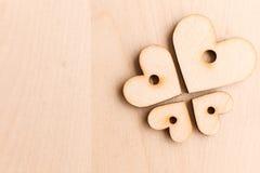 Υπόβαθρο με τις ξύλινες καρδιές Στοκ Φωτογραφία