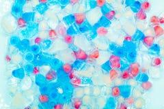 Υπόβαθρο με τους διαφανείς, άσπρους, ρόδινους και μπλε κύβους πάγου Φρέσκο θερινό σχέδιο r στοκ φωτογραφία
