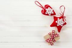 Υπόβαθρο με το κιβώτιο δώρων και τη μορφή καρδιών και αστέρι στον άσπρο πόνο Στοκ Εικόνες
