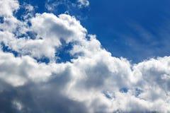 Υπόβαθρο με το μπλε ουρανό και τα άσπρα σύννεφα 1 ανασκόπηση καλύπτει το νεφελώδη ουρανό Στοκ εικόνες με δικαίωμα ελεύθερης χρήσης