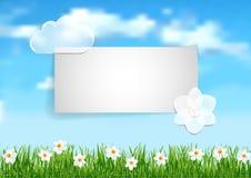 Υπόβαθρο με το μπλε ουρανό, άσπρα άσπρα λουλούδια τελών σύννεφων στο gree Στοκ Εικόνα