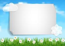 Υπόβαθρο με το μπλε ουρανό, άσπρα άσπρα λουλούδια τελών σύννεφων στο gree Στοκ Φωτογραφία