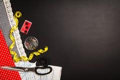 Υπόβαθρο με το ράψιμο και το πλέξιμο των εργαλείων και των εξαρτημάτων Στοκ Εικόνα