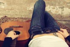 Υπόβαθρο μουσικής γυναικών και κιθάρων Στοκ εικόνα με δικαίωμα ελεύθερης χρήσης
