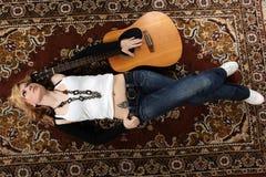 Υπόβαθρο μουσικής γυναικών και κιθάρων Στοκ φωτογραφία με δικαίωμα ελεύθερης χρήσης