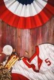 Υπόβαθρο μπέιζ-μπώλ με το χοτ-ντογκ, την μπύρα και το Τζέρσεϋ Στοκ φωτογραφία με δικαίωμα ελεύθερης χρήσης