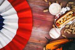 Υπόβαθρο μπέιζ-μπώλ με το ύφασμα, την μπύρα, τη σφαίρα και το χοτ-ντογκ Στοκ Φωτογραφίες