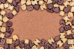 Υπόβαθρο μπισκότων, γλυκό πλαίσιο μπισκότων με το υπόβαθρο φελλού Στοκ Φωτογραφία