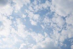 Υπόβαθρο μπλε ουρανού με τα άσπρα σύννεφα Στοκ εικόνα με δικαίωμα ελεύθερης χρήσης