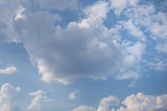 Υπόβαθρο μπλε ουρανού με τα άσπρα σύννεφα Στοκ Φωτογραφία