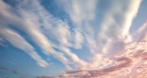 Υπόβαθρο μπλε ουρανού με τα μικροσκοπικά σγουρά ριγωτά σύννεφα στο βράδυ Ημέρα καθαρίσματος και καλός θυελλώδης καιρός φιλμ μικρού μήκους