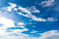 Υπόβαθρο μπλε ουρανού με τα μικροσκοπικά σύννεφα στο καλοκαίρι εποχής Στοκ φωτογραφία με δικαίωμα ελεύθερης χρήσης