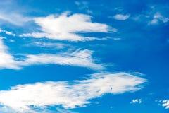 Υπόβαθρο μπλε ουρανού με τα μικροσκοπικά σύννεφα στο καλοκαίρι εποχής Στοκ Φωτογραφία