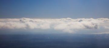 Υπόβαθρο μπλε ουρανού με τα σύννεφα πέρα από τη σκιαγραφία τοπίων ` s Εναέρια φωτογραφία, πανοραμικός, διαστημική, έμβλημα Στοκ Εικόνες
