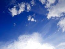 Υπόβαθρο μπλε ουρανού με το άσπρο σύννεφο Στοκ Εικόνες