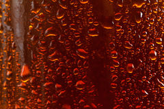 Υπόβαθρο μπύρας, μακρο ρέοντας πτώσεις στο γυαλί στοκ εικόνα