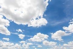 Υπόβαθρο μπλε ουρανού με νεφελώδη στο φως του ήλιου απογεύματος Στοκ Φωτογραφίες