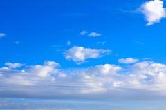 Υπόβαθρο μπλε ουρανού με τα άσπρα σύννεφα, σύννεφα βροχής Στοκ Φωτογραφία