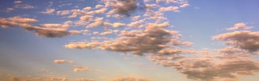Υπόβαθρο μπλε ουρανού με τα σύννεφα στο ηλιοβασίλεμα Στοκ Εικόνα