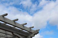 Υπόβαθρο μπλε ουρανού με την πέργκολα Στοκ Εικόνες