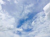 υπόβαθρο μπλε ουρανού με το μικροσκοπικό σύννεφο Στοκ Φωτογραφίες