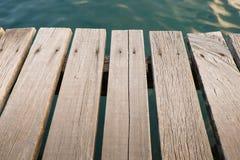 Υπόβαθρο ξυλείας με το νερό πίσω Στοκ φωτογραφία με δικαίωμα ελεύθερης χρήσης