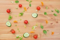 Υπόβαθρο οργανικής τροφής των διαφορετικών φρούτων και λαχανικών στον ξύλινο πίνακα κατανάλωση έννοιας υγιής Στοκ Εικόνες