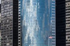 Υπόβαθρο ουρανοξυστών με την αμερικανική σημαία στην πόλη της Νέας Υόρκης Στοκ εικόνες με δικαίωμα ελεύθερης χρήσης
