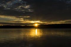 Υπόβαθρο ουρανού ηλιοβασιλέματος Δραματικός χρυσός ουρανός ηλιοβασιλέματος με τα σύννεφα ουρανού βραδιού πέρα από τη θάλασσα Ζαλί Στοκ φωτογραφίες με δικαίωμα ελεύθερης χρήσης