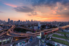 Υπόβαθρο ουρανού ηλιοβασιλέματος πέρα από την πόλη της Μπανγκόκ και εθνική οδός που ανταλλάσσεται, Ταϊλάνδη Στοκ Εικόνα