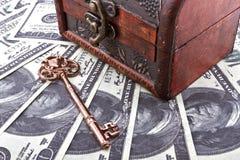 Κρατήστε το χρηματοκιβώτιο χρημάτων στοκ φωτογραφία