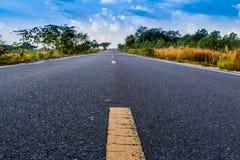 Υπόβαθρο οδικού όμορφο ουρανού ασφάλτου στοκ εικόνα με δικαίωμα ελεύθερης χρήσης