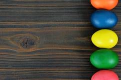 Υπόβαθρο Πάσχας με τα ζωηρόχρωμα αυγά Πάσχας Στοκ φωτογραφία με δικαίωμα ελεύθερης χρήσης