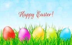 Υπόβαθρο Πάσχας με τα ζωηρόχρωμα αυγά, την πράσινους χλόη και το μπλε ουρανό Στοκ φωτογραφία με δικαίωμα ελεύθερης χρήσης
