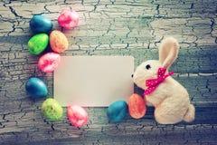 Υπόβαθρο Πάσχας με τα ζωηρόχρωμα διακοσμητικά αυγά Στοκ Εικόνα