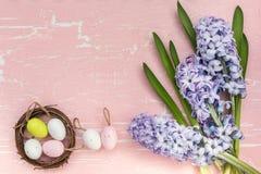 Υπόβαθρο Πάσχας με τα λουλούδια και τα διακοσμητικά αυγά Πάσχας Τοπ όψη Στοκ Φωτογραφίες