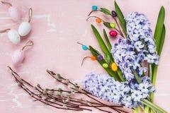 Υπόβαθρο Πάσχας με τα λουλούδια και τα διακοσμητικά αυγά Τοπ όψη Στοκ φωτογραφία με δικαίωμα ελεύθερης χρήσης