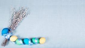 Υπόβαθρο Πάσχας με τα χρωματισμένες αυγά, την γάτα-ιτιά και την κορδέλλα RA Στοκ εικόνα με δικαίωμα ελεύθερης χρήσης