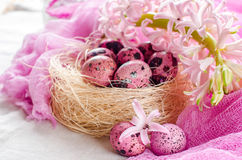 Υπόβαθρο Πάσχας με το ρόδινο υάκινθο και τα διακοσμητικά αυγά Στοκ εικόνα με δικαίωμα ελεύθερης χρήσης
