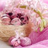 Υπόβαθρο Πάσχας με το ρόδινο υάκινθο και τα διακοσμητικά αυγά Στοκ φωτογραφίες με δικαίωμα ελεύθερης χρήσης