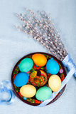 Υπόβαθρο Πάσχας με χρωματισμένες το χέρι πιάτο και την γάτα-ιτιά Στοκ Εικόνα