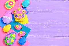 Υπόβαθρο Πάσχας παιδιών Χειροποίητες ζωηρόχρωμες αισθητές τέχνες Πάσχας στο ιώδες ξύλινο υπόβαθρο με το κενό διάστημα αντιγράφων  Στοκ Εικόνες