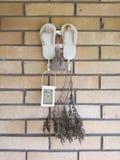 Υπόβαθρο παντοφλών λουριών διακοσμήσεων τοίχων στοκ εικόνα