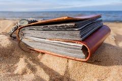 Υπόβαθρο παραλιών το καλοκαίρι με το λεύκωμα φωτογραφιών Στοκ Εικόνα